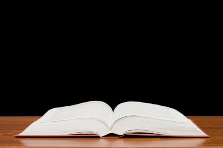 libros abiertos: El libro abierto sobre una mesa de madera