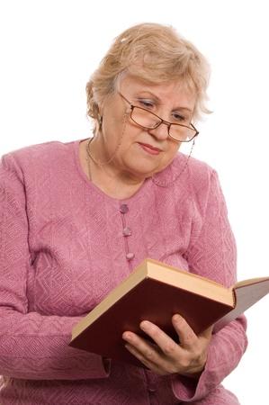 mujer leyendo libro: La anciana Lee el libro Foto de archivo