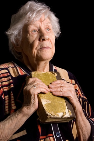 vangelo aperto: Ritratto della vecchia donna uno sfondo nero