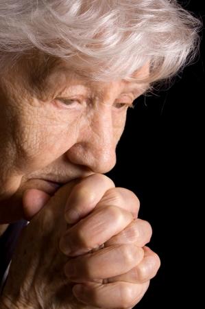 sad old woman: Retrato de la mujer de edad un fondo negro