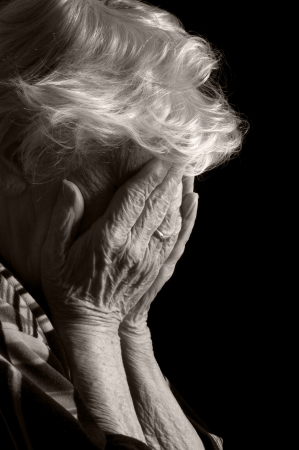 lacrime: Triste donne vecchie con le mani al suo viso � sgomento