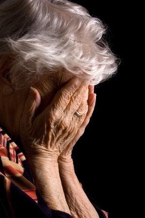 lagrimas: Tristes ancianas con sus manos a la cara es consternaci�n Foto de archivo