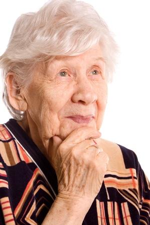 vestidos antiguos: Retrato de la anciana aislado en blanco