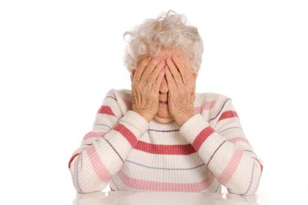 Traurige alte Frauen mit ihren H�nden, um ihr Gesicht ist Best�rzung Lizenzfreie Bilder