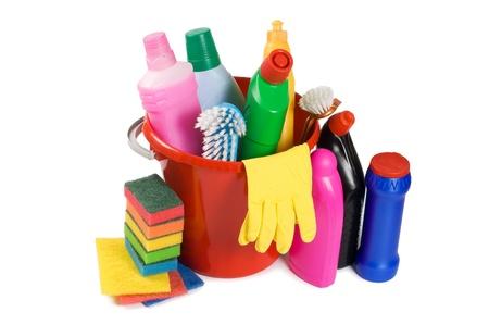 uso domestico: Assortimento di mezzi per la pulizia isolato Archivio Fotografico
