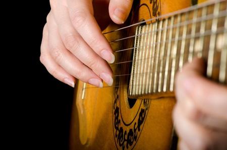 femme avec guitare: La femme joue une guitare acoustique