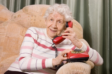 one senior adult woman: La anciana habla por tel�fono