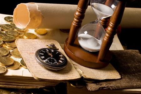 monedas antiguas: El reloj de arena y el libro