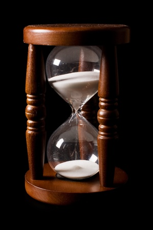 reloj de arena: Los antiguos relojes de arena en un negro Foto de archivo