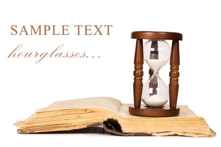 Hourglasses und Buch isoliert auf weiss Standard-Bild - 9609919