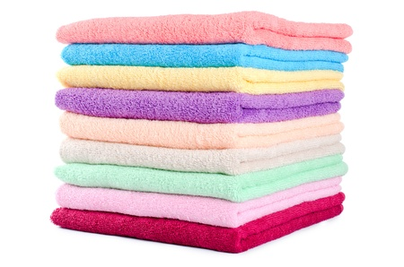 tela algodon: Las toallas de color combinados aisladas en blanco