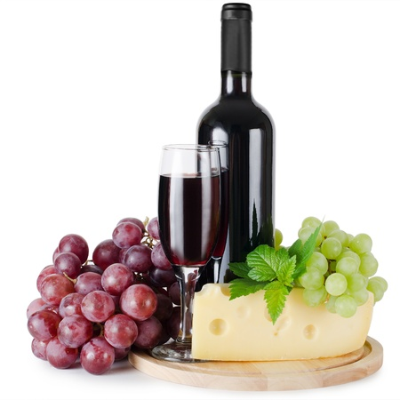 tabla de quesos: Vidrio rojo vino aislada sobre fondo blanco
