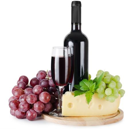 vinos y quesos: Vidrio rojo vino aislada sobre fondo blanco
