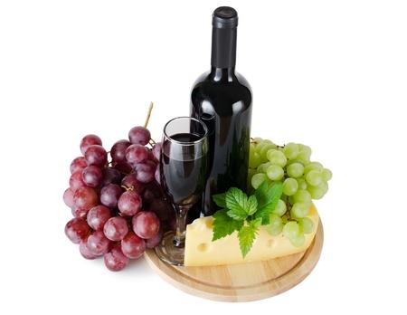 tabla de quesos: Copa de vino rojo sobre fondo blanco