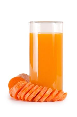 jus orange glazen: Glas met wortelsap geïsoleerd op wit