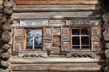 tallado en madera: Ventana en la vieja casa de madera de cerca