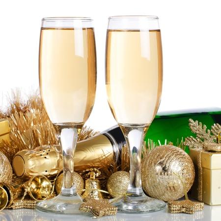 Champagner mit Weihnachtsschmuck