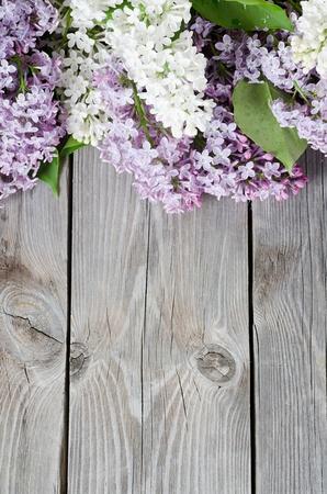 El hermoso color lila sobre una superficie de madera Foto de archivo