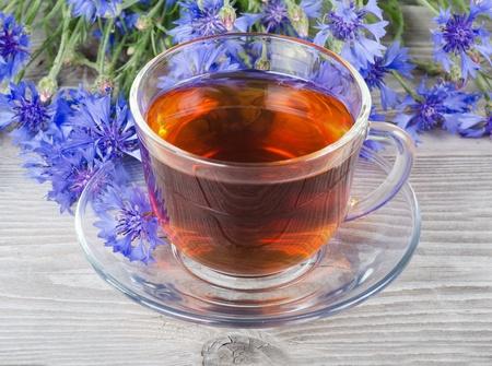 fiordaliso: Tazza di vetro con un tè profumato fiordaliso