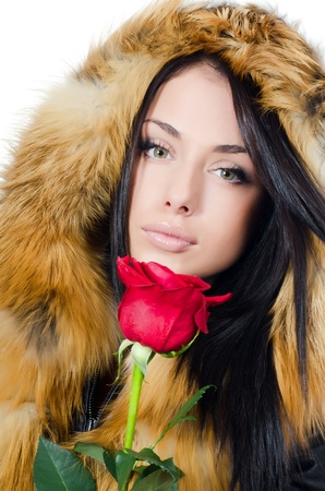 Meisje met mooi haar met rode roos
