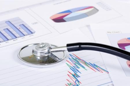 puls: Stetoskop na wykresie giełdowym - analiza rynku Zdjęcie Seryjne