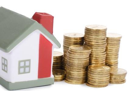home loans: Toy casa e monete in forma del diagramma Archivio Fotografico