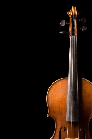 Die Violine Nahaufnahme auf schwarzem Hintergrund