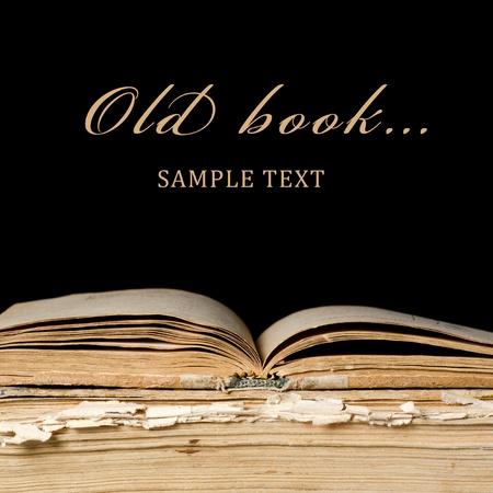 biblia abierta: Pila de libros antiguos sobre fondo negro