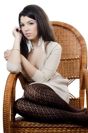 Фото девушки блондинки в плетеном кресле