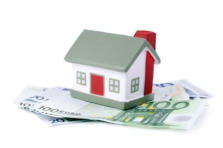 Das Spielzeug Haus für Euro-Banknoten isoliert