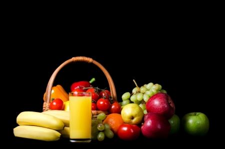 pepe nero: Verdure fresche e frutta su sfondo nero Archivio Fotografico