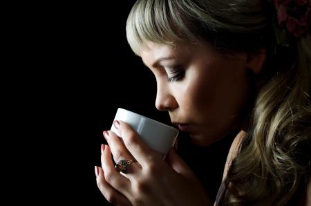 Die schöne elegante Frau mit Kaffeetasse