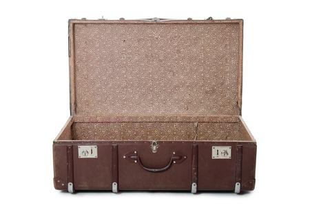 chobot: Otevřít starý kufr izolovaných na bílém pozadí Reklamní fotografie