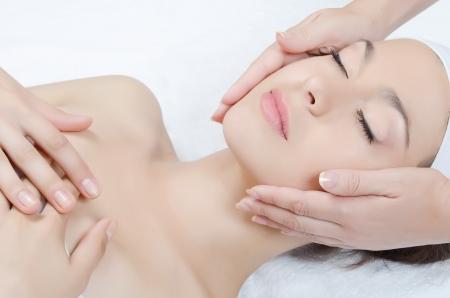 Masaje facial a la mujer de cerca