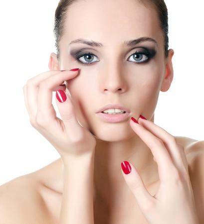 La hermosa joven con el maquillaje de noche