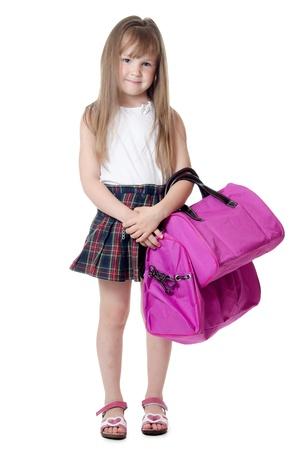 Das kleine Mädchen mit einem lila Tasche