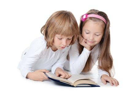 Zwei Mädchen lesen Buch isoliert auf weiß