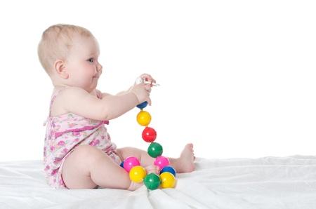 sonaja: El pequeño bebé aislado en el fondo blanco