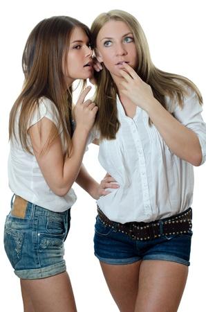 Zwei Mädchen der Freundin geflüstert Lizenzfreie Bilder