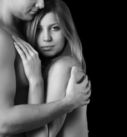 bacio sexy: Bella giovane coppia su uno sfondo nero Archivio Fotografico