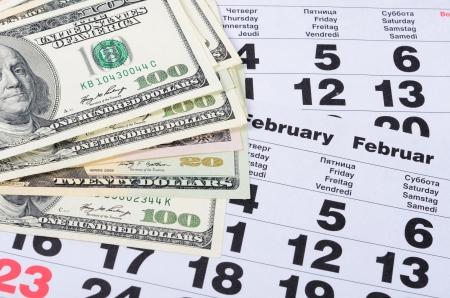 La cifra de billetes de dólares en las hojas del calendario close-up Foto de archivo