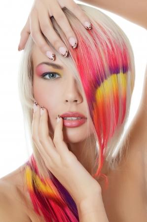 Mujer con hilo brillante del maquillaje y de múltiples colores en el pelo