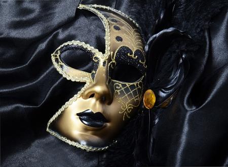 Oro una máscara de carnaval con plumas negras Foto de archivo