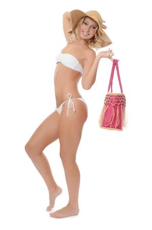 Retrato de la niña en la playa de sombrero