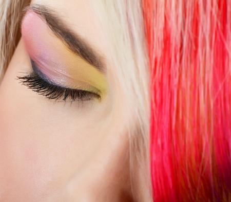 stílus: Nő fényes smink és sokszínű szál haj