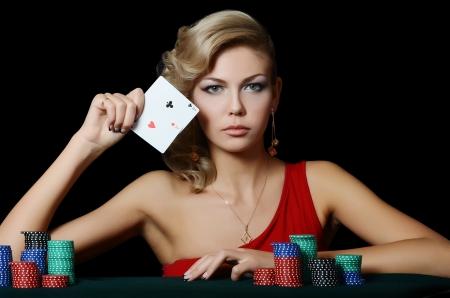 Schöne Frau mit Casino Chips eine schwarze