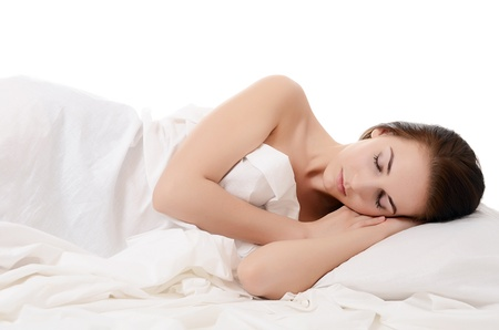 Die schöne Frau schläft in einem Bett Lizenzfreie Bilder