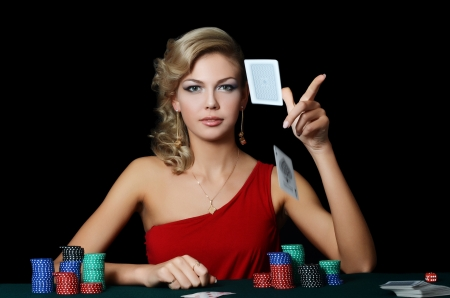 Hermosa mujer con un negro fichas de casino Foto de archivo