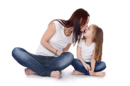Momia con una hija aislada en el fondo blanco