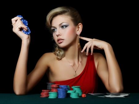Sch?ne Frau mit Casino Chips eine schwarze